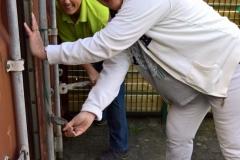 Donaties-Inhoud-van-containers-afsluiten-Wendy-en-Sandra